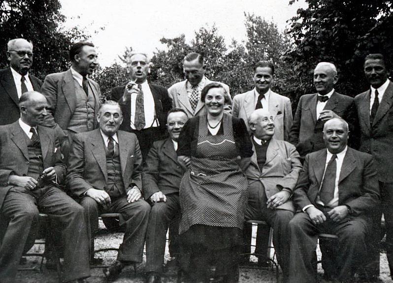 """""""Tante Anna"""" inmitten ihrer Gäste und Verehrer"""
